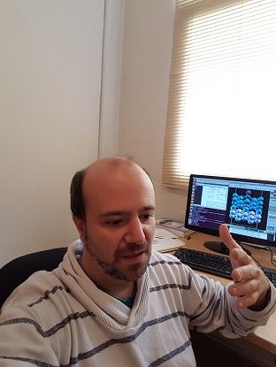 El doctor Alejandro Ferron trabaja en el desarrollo de un procesador cuantico