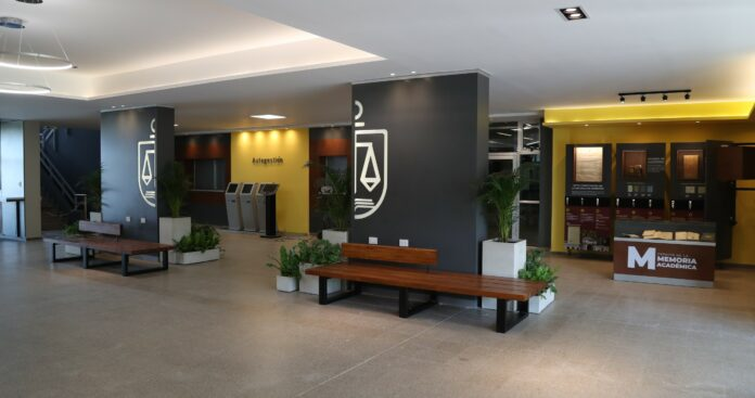 Hall del campus universitario en Corrientes.