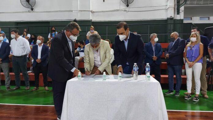 La firma del acuerdo entre Medicina UNNE y el Gobierno de Corrientes.