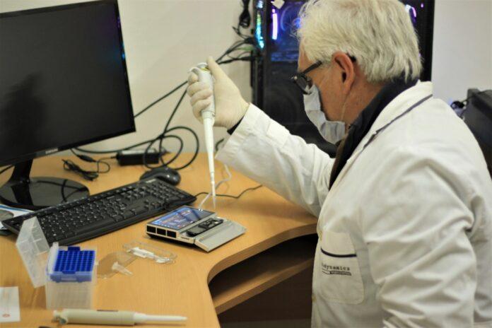 El Dr. Horacio Lucero encabeza el equipo que realiza los procedimientos de secuenciación en el Instituto de Medicina Regional de la UNNE.