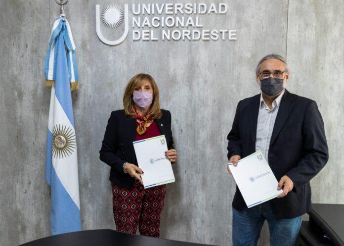 La rectora, Delfina Veiravé y el ministro Ing. Agr. Luis Basterra firmaron un convenio marco de cooperación entre la cartera nacional y la Universidad.