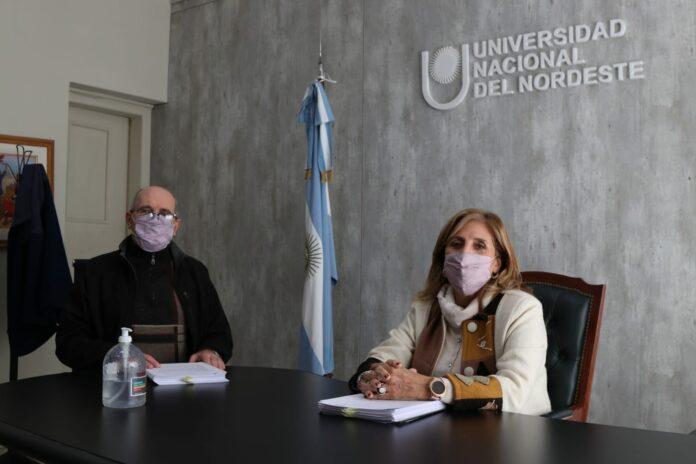 La Rectora de la UNNE, Delfina Veiravé y el Decano de Arquitectura, Dr. Arq. Miguel Ángel Barreto, rubricaron el documento que será enviado a Roma.
