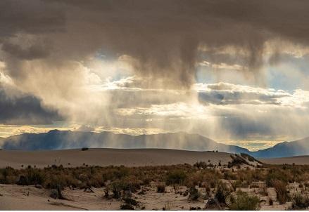 Nubes que descaragn lluvia en pleno desierto