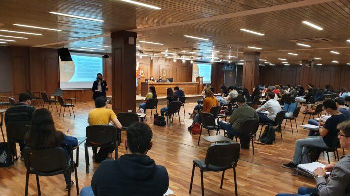 Durante la primera clase presencial en el Salón Auditorio Centenario de la Reforma Universitaria.